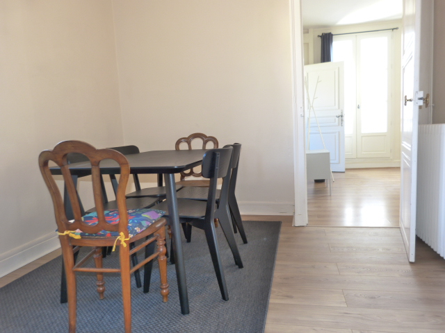 Type 2 meublé Quartier Paul Bert loué par Gautard immobilier coin repas