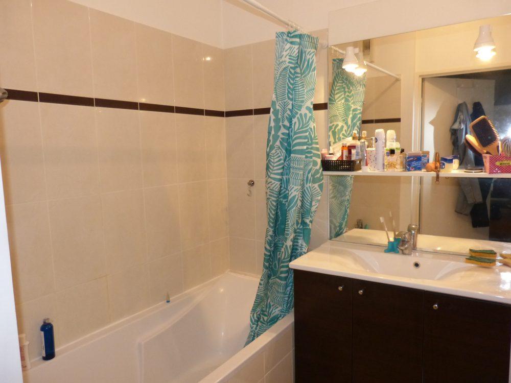 A vendre appartement type 2 proche de la gare par Gautard Immobilier salle de bains