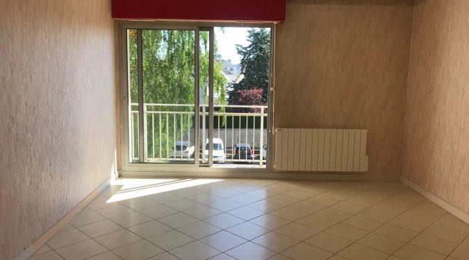 salon d'un t2 spacieux avec balcon loué par tours n gestion immo 37