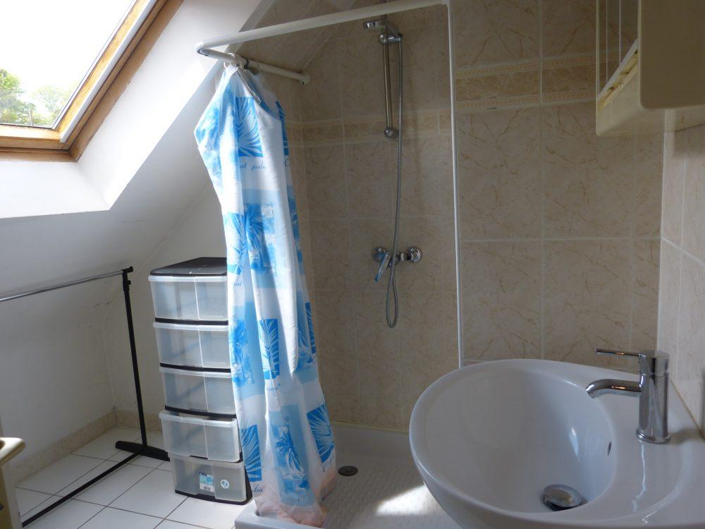 A louer vaste studio meublé entre Rochecorbon et Parcay-Meslay par Gautard Immobilier salle d'eau