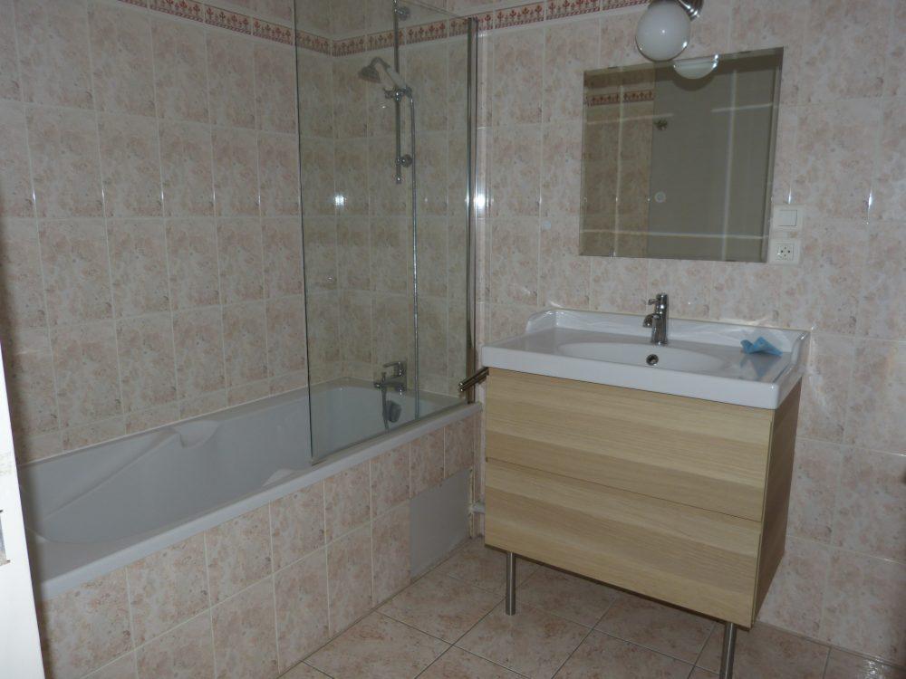 A louer t2 dans le centre de Chambray les Tours par Gautard Immobilier salle de bains