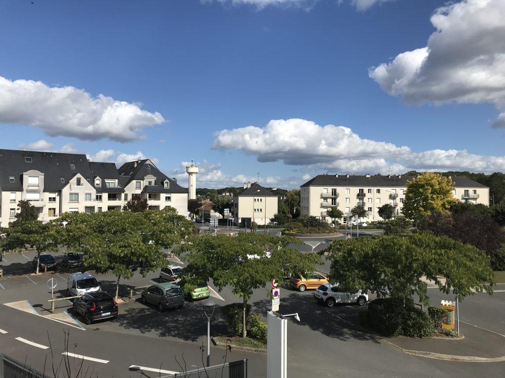 A louer type 2 avec parking dans le centre de Ballan Miré par Tours'N Gestion vue balcon